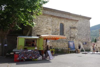 Installation de Mamies dans les Orties sur la place de village à Limans